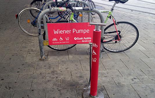 Mit der Wiener Pumpe Fahrrad Reifen aufpumpen